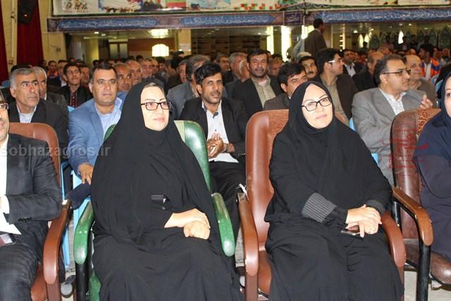 حضور مدیرکل امور بانوان استانداری در کنار مدیرکل تعاون کار ورفاه اجتماعی استان  در همایش بزرگ کارگری