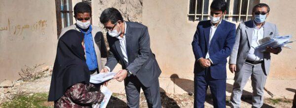 مدیر آموزش وپرورش پیگیرآموزش در دل روستاهای بویراحمد / توزیع درسنامههای آموزشی در روستاهای شهرستان بویراحمد
